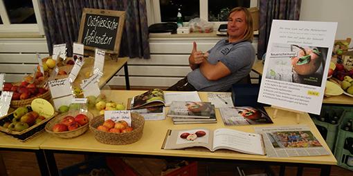 Matthias Bergmann bei der Vorstellung des Buches Dat Appel-Bookje