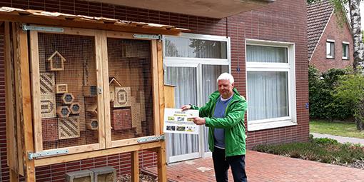 Heinz Halfwassen freut sich über die Nisthilfen für Wildbienen