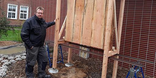 Dirk Meyer beim Bau und Aufstellen der neuen Wildbienen-Nisthilfen-Wand