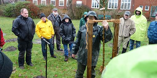 Obstbaum-Pflanzung während der Fachwart-Ausbildung